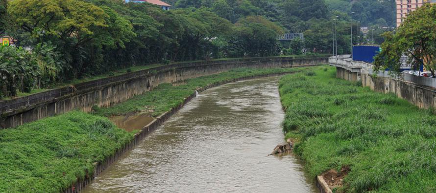 Selangor MB: Don't panic, Klang river chemical clean-up underway
