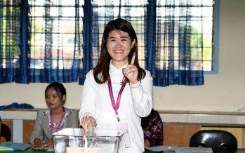 Sandakan polls: Vivian Wong casts vote at SK Muhibbah