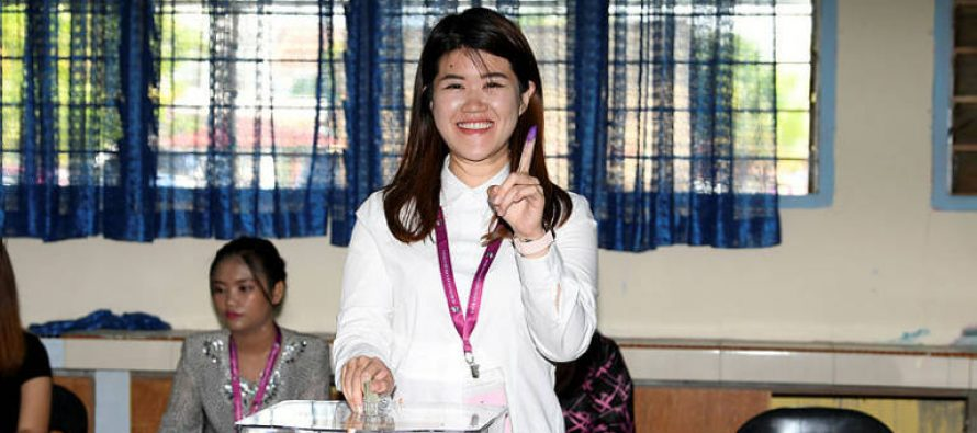 Sandakan polls: Vivian Wong casts vote at SK Muhibbah