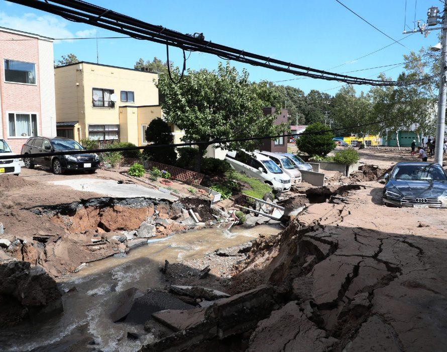 Japan quake causes minor tsunami, 16 hurt