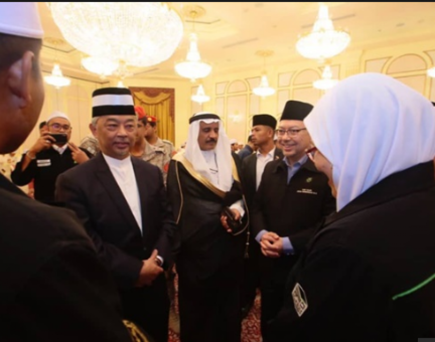 Agong gets up, close and personal with Malaysians in Madinah