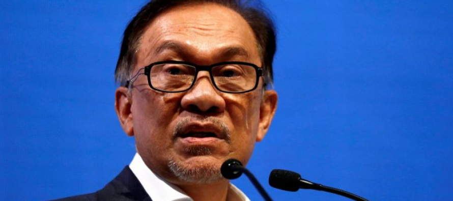 Anwar: Boycotting products by non-bumis an 'unhealthy' idea