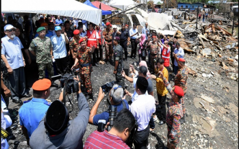 Agong visits fire victims in Tawau