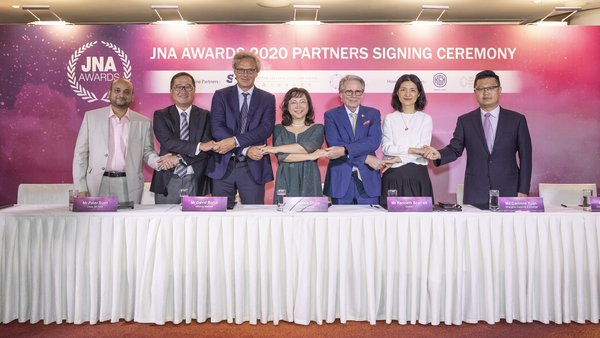 Partners gathered to show support for the JNA Awards 2020. In the picture: L2: Peter Suen, Executive Director of CTF; R2: Caroline Yuan, Vice President of SDE; R3: Kenneth Scarratt, Consultant of DANAT; R1: Simon Chan, Co-Founder, Member of the Board and Executive Vice President of CGE; L1: Abhishek Parekh, Executive Officer of KGK Group; accompanied by David Bondi, Senior Vice President - Asia of Informa Markets and Letitia Chow, Chairperson of the JNA Awards