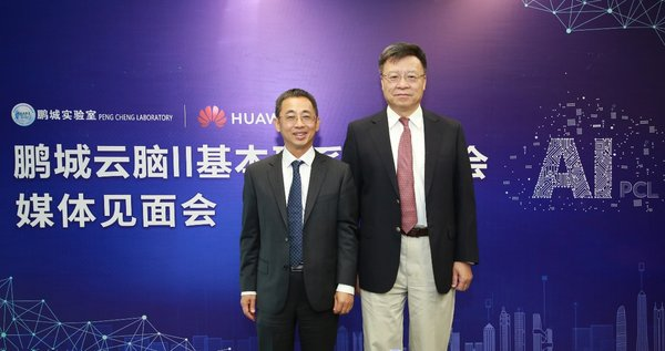 Hou Jinlong (left), Senior VP of Huawei, and President of Huawei Cloud & AI Products and Services and Gao Wen (Right), Director of Peng Cheng Lab, in the launch ceremony