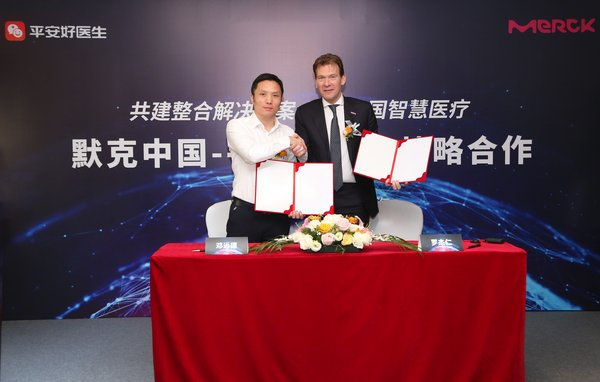 Signing Photo (Rogier Janssens, Managing Director and General Manager, Merck Biopharma China & Yuande Deng, Vice President of Ping An Healthcare and Technology Company Limited)