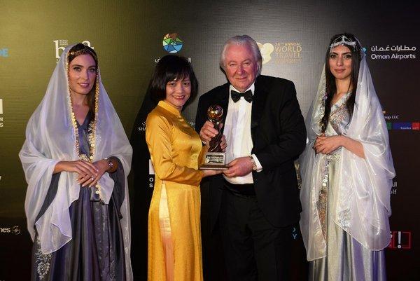 "Sun Group representative received ""World's Leading New Airport"" award at WTA 2019"