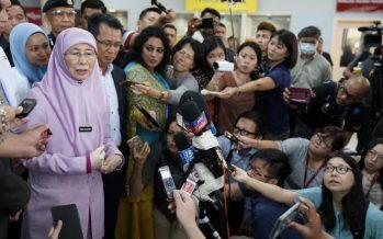 Dr Wan Azizah offers Momota madu kelulut for speedy recovery