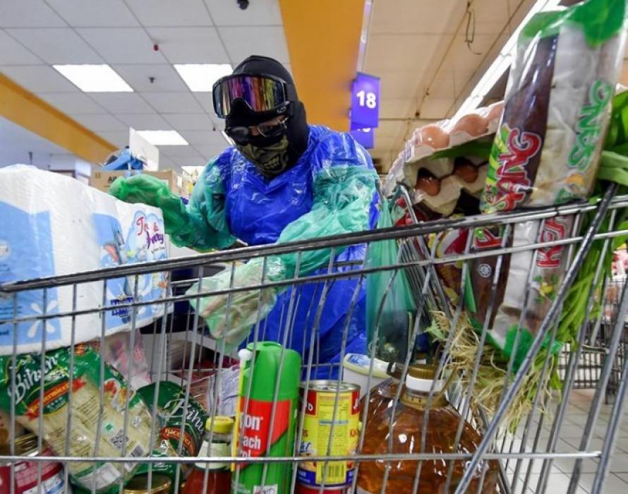 COVID-19: Engineer wears garbage bag to supermarket