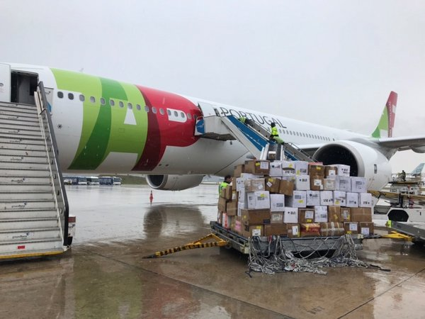 A chartered flight carrying over one million pieces of medical supplies weighing over 120,000 tons from Shanghai landed at Lisbon Airport