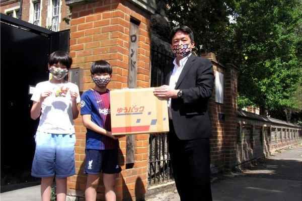 The students of Japanese school in London received the donation of face masks