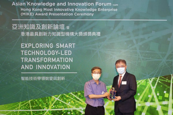 Prof WB Lee, Founding Director of Knowledge Management and Innovation Research Centre, The Hong Kong Polytechnic University (left) presented the Global MIKE Award to Mr Andrew Young, Associate Director (Innovation) of Sino Group (right) at the prize presentation ceremony held on 30 June 2020.
