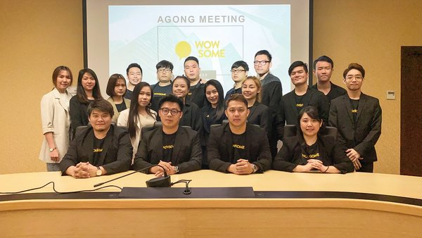 Co-founders of Wowsome Malaysia, Kevino Lim (front row, second from left) and Daniel Lim (front row, third from left) with the vibrant team