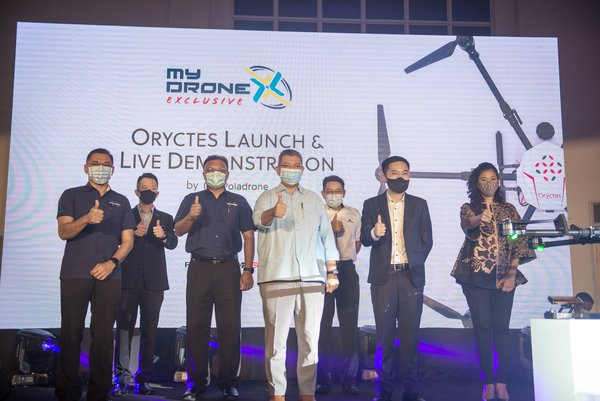 YB Dato' Saifuddin Abdullah (centre), Minister of Communications and Multimedia officiating the launch of Oryctes drone, with (from L-R) Mahadhir Abd Aziz, CEO of Futurise; Captain Chester Voo Chee Soon; CEO of the Civil Aviation Authority of Malaysia (CAAM); Datuk Isham Ishak, Secretary-General of the Ministry of Transport; YB Dato' Saifuddin Abdullah; Najib Ibrahim, CEO of Cyberview; Cheong Jin Xi, CEO of Poladrone; and Surina Shukri, CEO of MDEC.