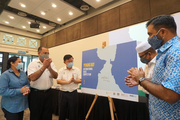YAB Tuan Chow Kon Yeow, Chief Minister of Penang (third from left), officially launched the Penang Bay Ideas Competition