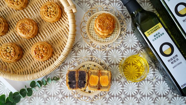 Famous Gourmet Ayao Shows You How to Make a Moon Cake with Olive Oil