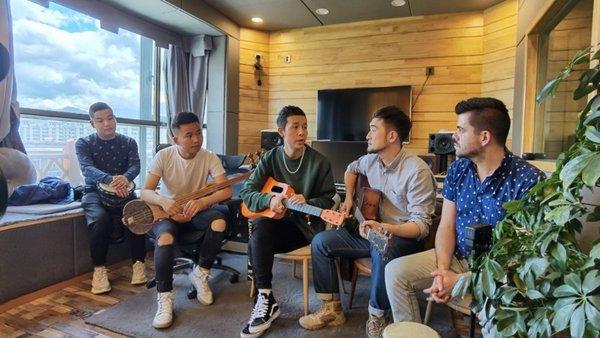 CGTN journalists play with Tibetan musicians. /CGTN