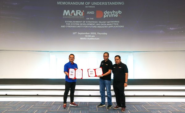From Left: Dato' Madani Sahari, Chief Executive Officer, Malaysia Automotive, Robotics and IoT Institute (MARii), Nasrul Hazim, Co-founder, Developers Hub Sdn. Bhd., Hasrimy M. Hasan, Co-founder, Developers Hub Sdn. Bhd.