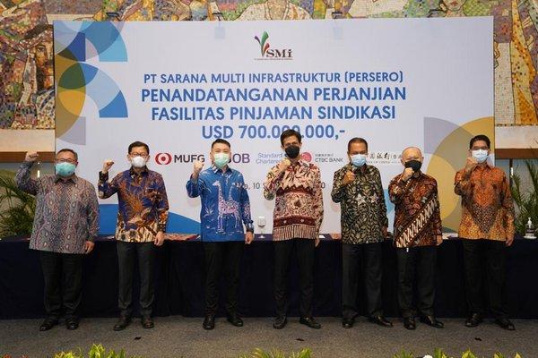 Left to Right: 1. Iwan Satawidinata-President Director, PT Bank CTBC Indonesia; 2. Harapman Kasan - Wholesale Banking Director, PT Bank UOB Indonesia; 3. Pancaran Affendi - Managing Director, Head of Global Corporate and Institutional - MUFG Bank Ltd. Jakarta Branch; 4. Edwin Syahruzad - CEO PT Sarana Multi Infrastruktur (Persero); 5. Donald Sianipar - Global Banking Head, Standard Chartered Bank Jakarta Branch; 6. Darwin Trisna Djajawinata – CFO PT Sarana Multi Infrastruktur (Persero); 7. Handojo Wibawanto S - Corporate Marketing Director, Bank of China (Hong Kong) Ltd.