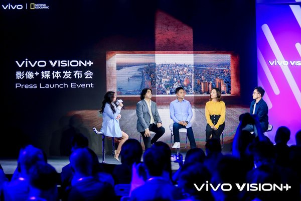 vivo and National Geographic representatives and photographer Xiao Quan (second from the left) hold a panel discussion on mobile photography