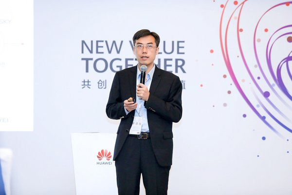 Jiang Dayong, Vice President of Huawei Kunpeng Computing Business, delivering a keynote speech