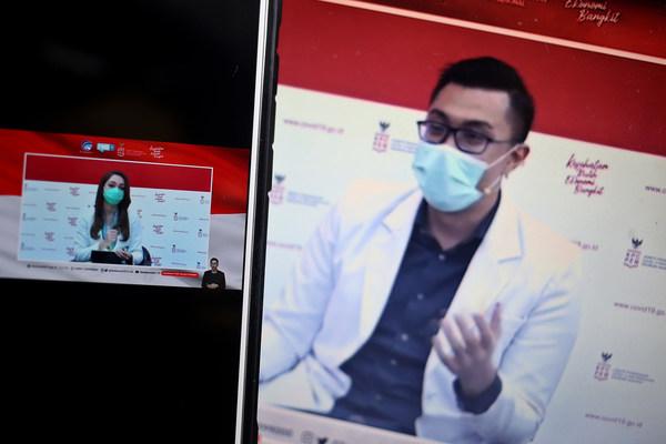 Dr. Reisa Broto Asmoro and Dr. Gia Pratama Putra.