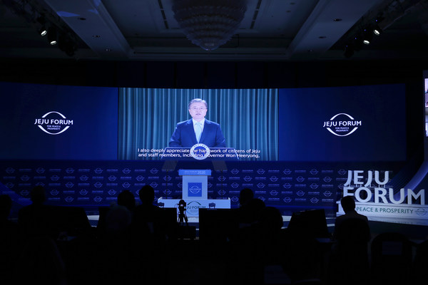 President Moon Jae-in delivers a video keynote speech at the Jeju Forum for Peace and Prosperity on Nov. 6, 2020, in this photo provided by the forum. (PHOTO NOT FOR SALE) (Yonhap)