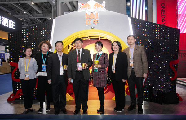 H.E.Mr. Arthayudh Srisamoot Ambassador of the Kingdom of Thailand in China visits the TCP booth at the 2020 CIIE