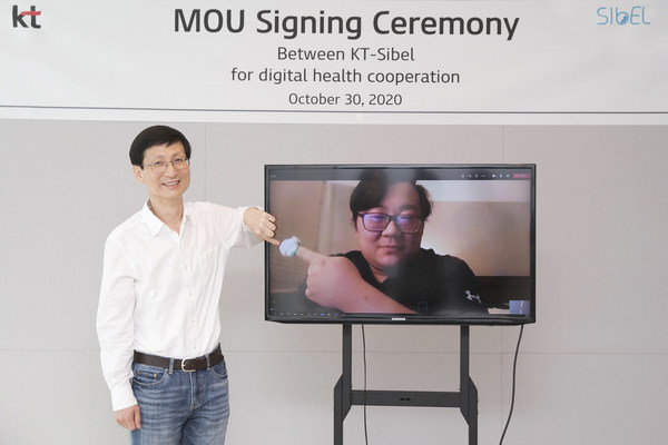 Kim Hyoung-Wook, Executive Vice President of KT's future value task force, and Sibel CEO Steve Xu are celebrating this new partnership for expanding digital health opportunities virtually given the COVID-19 pandemic, during an online ceremony at KT's headquarters in Seoul on Oct. 30
