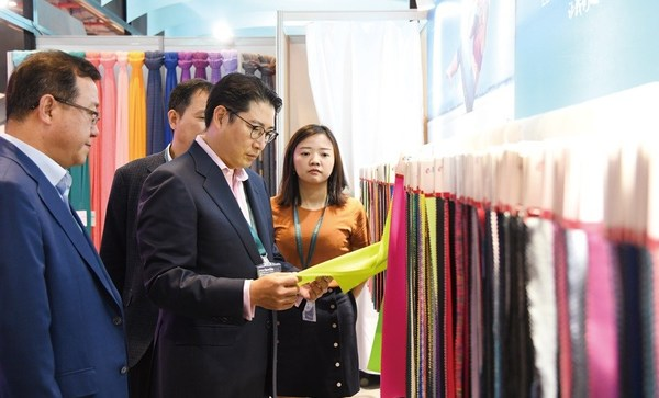 Hyosung Chairman Cho Hyun-joon visits the Intertextile Exhibition held in Shanghai looking at products. (Intertextile Shanghai Apparel Fabrics 2018)