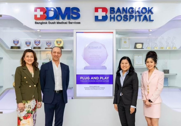 From left to right: Ms. Patcharin Boonyarungsun, Ph.D., Director of Quality Management & Innovation, Bangkok Dusit Medical Services PCL, Mr. Shawn Dehpanah, Executive Vice President and Head of Corporate Innovation APAC at Plug and Play Tech Center, Ms. Poramaporn Prasarttong-osoth, M.D, President, Bangkok Dusit Medical Services PCL., and CEO Group 1, Bangkok Hospital, Ms. Tanya Tongwaranan, Program Manager Thailand at Plug and Play Tech Center