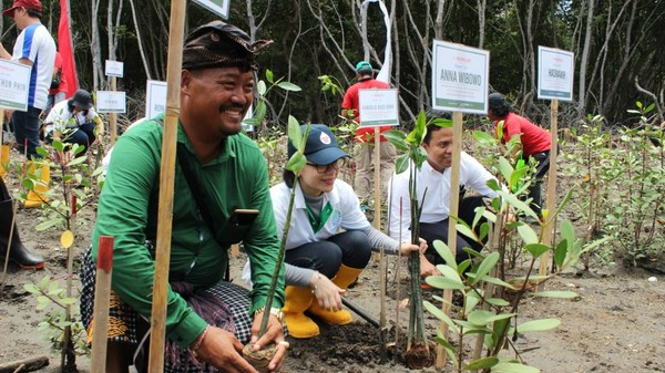 PT Mowilex Chief Marketing Officer Anna Wibowo participating in the company's campaign to plant 50,000 trees.