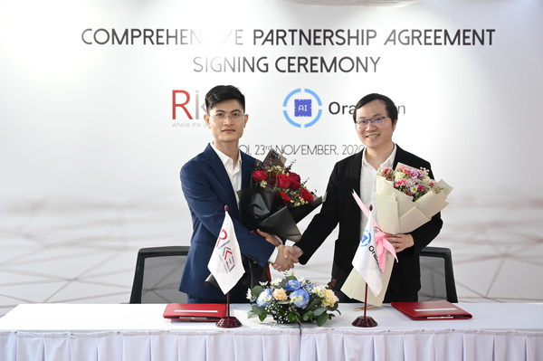 Partnership agreement ceremony, Rikkeisoft CEO Phan The Dung and Oraichain CEO Dr. Chung Dao