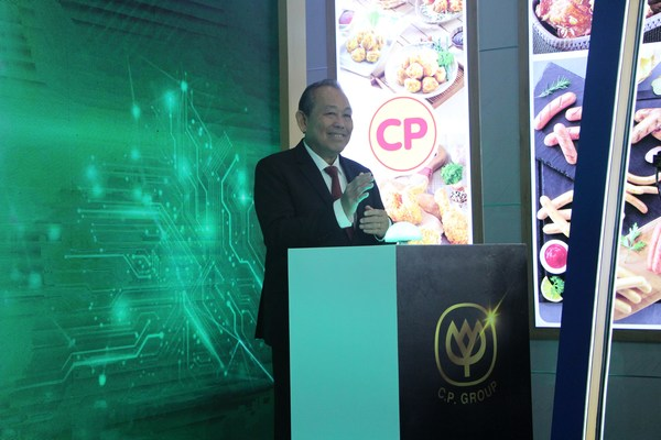 Permanent Deputy Prime Minister Truong Hoa Binh carried out the official Green Pressing Ceremony that allows the export of the first batch of Southeast Asia's largest chicken export factory CPV-Food to Hong Kong. This shipment is of correct quality and sufficient quantity to bring to the Port for export to foreign countries.