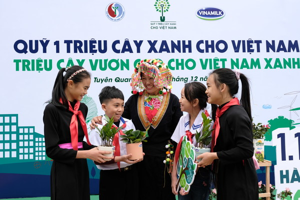 "Children in Tuyen Quang province enjoyed the ""Exchange empty milk boxes with tree sapling"" activities"