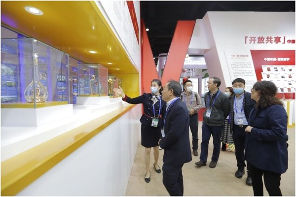 Chinese and foreign visitors stopped to appreciate Wuliangye products in the showroom of Wuliangye during the 17th CAEXPO
