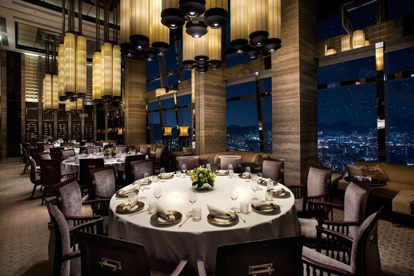 Sitting on top of The Ritz-Carlton, Hong Kong on the 102nd floor, Tin Lung Heen received its two MICHELIN Stars for the ninth consecutive year.