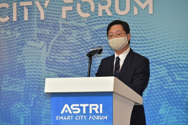 Mr Alfred Sit Wing-hang, Honourable Secretary for Innovation and Technology, delivers a speech at ASTRI's Smart City Forum, saying he is glad to hear how ASTRI technologies can play a part in Hong Kong's smart city development.