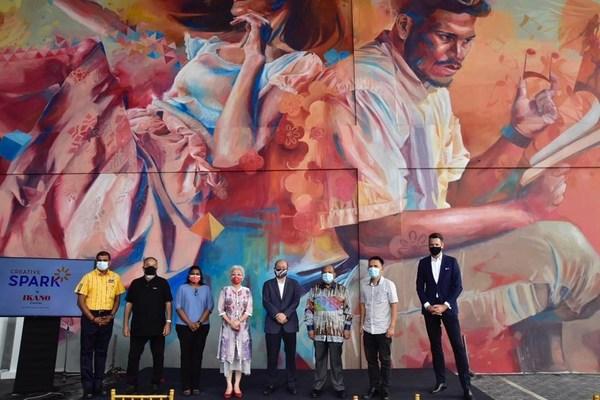 From left to right, Mr Pathmalingan Arumugam, Store Manager, IKEA Batu Kawan; Mr Tan Chor Whye, Founder, Can Can Public Art; YB Kasthuri Patto, MP of Batu Kawan; YB Chong Eng, Penang State Executive Councillor for Social Development & Non-Islamic Religious Affairs; Mr Lee Khai, Chairman, Penang State Art Gallery; Dato Seri Nazir Ariff, Deputy Chairman and Co-Founder, Aspen Group; YB Tpr Gooh Choon Aik, Adun Bukit Tambun; and Mr Arnoud Bakker, Head of Leasing, IKEA Southeast Asia