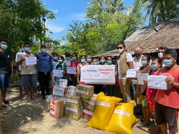 Beneficiaries receiving CapaJet's mask donations from HOPE worldwide Indonesia volunteers