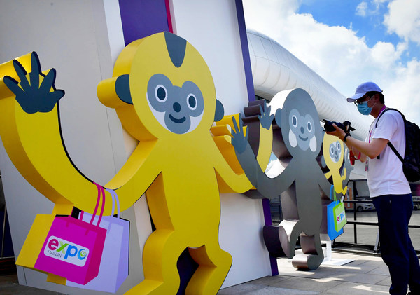 """Participants photographing CICPE Mascot """"Yuanxiao"""" in Hainan International Convention and Exhibition Center, Haikou"""