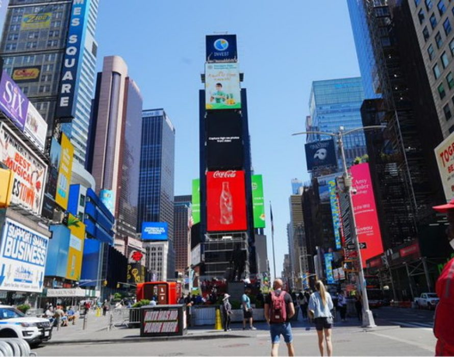 """""""Pineapples from Guangdong, China, a burst of flavor in every bite"""" appears on the China Screen of Times Square, New York"""