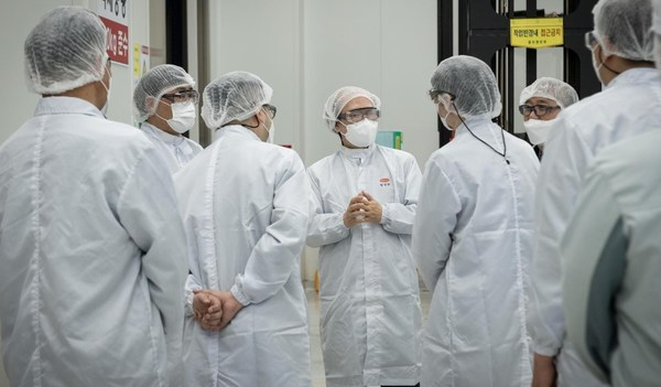 (Photo) Mr. Kwon Jun-Wook, President of KNIH (middle) is conducting the field inspection with personnel from Hanmi Pharm Group on the process of producing mRNA materials, which has been researched by Hanmi.