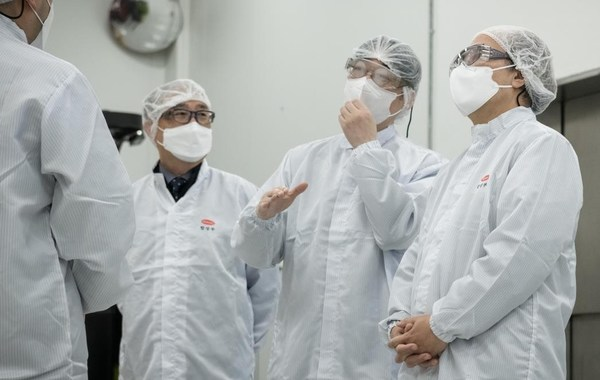 (Photo) Mr. Jang Yeong-Gil, President of Hanmi Fine Chemical (left) and Mr. Lim Chong-Yoon, Chairman of Korea Biotechnology Industry Organization (CEO of Hanmi Science, middle) are explaining to Mr. Kwon, president of KNIH(right) the production process of mRNA vaccine's nucleic acid materials and the lipid-based nano particle.