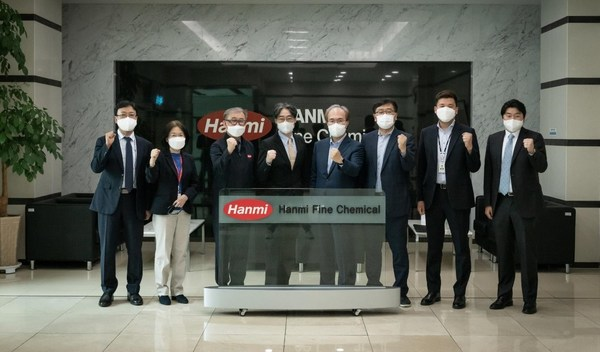 (Photo) (from the left) Gyu-Chan Kwon(Executive director of Hanmi Pharmaceuticals), SooJin Kim(Executive director of Hanmi Pharmaceuticals), Yeong-Gil Jang (President of Hanmi Fine Chemical), Chong-Yoon Lim (Chairman of Korea Biotechnology Industry Organization and CEO of Hanmi Science), Jun-Wook Kwon (President of KNIH), Do-Geun Kim (Manager of KNIH), Jae-Yoon Lim (Deputy director, KNIH), Jang-Hee Kim (Director of Hanmi Science)