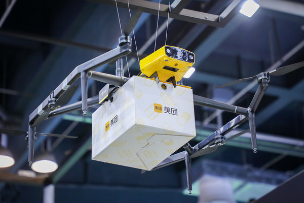 A Meituan drone grasps a delivery box at the 2021 World Artificial Intelligence Conference in Shanghai