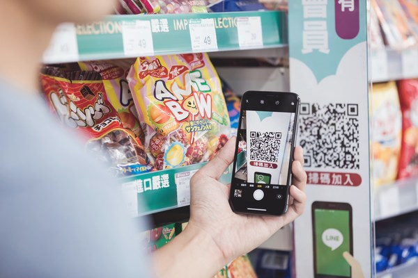 As part of their digital transformation, Simple Mart created an official account to bring their offline members online and increase its economic growth through its cooperative efforts with Triple Stimulus Vouchers.
