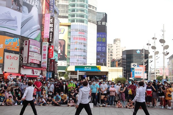 Ximending Commercial District attracts a large number of international tourists with regular creative events, global street-dance competitions, and online media exposure with multi-language support.