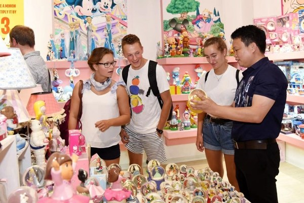 Photo shows foreign merchants visiting Chinese porcelain products in Dehua county, Quanzhou city in southeast China's Fujian Province.