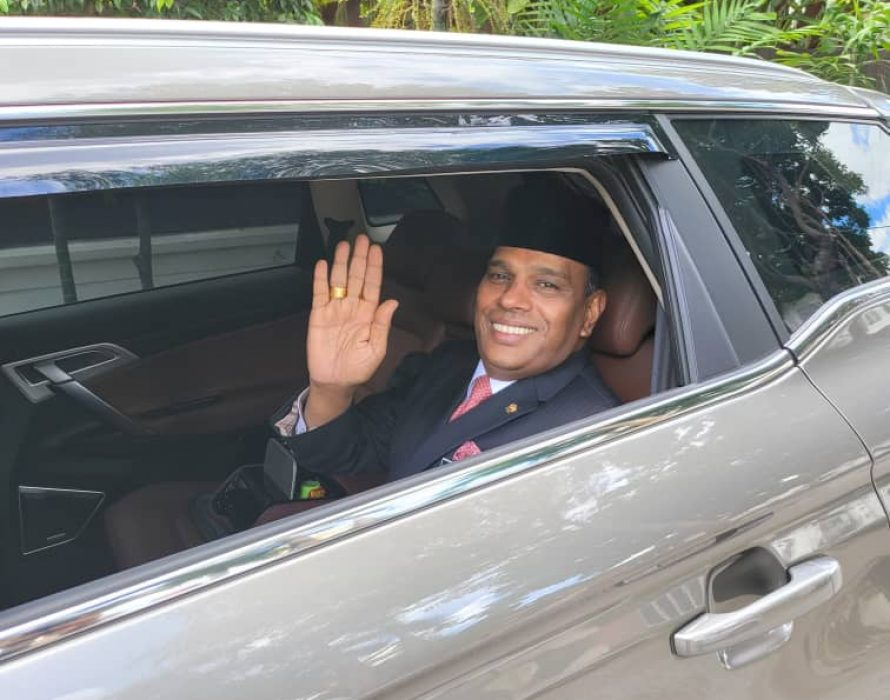Saravanan arrives at the palace